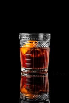 Cocktail zwarte achtergrond menu-lay-out restaurant bar wodka wiskey tonic negroni