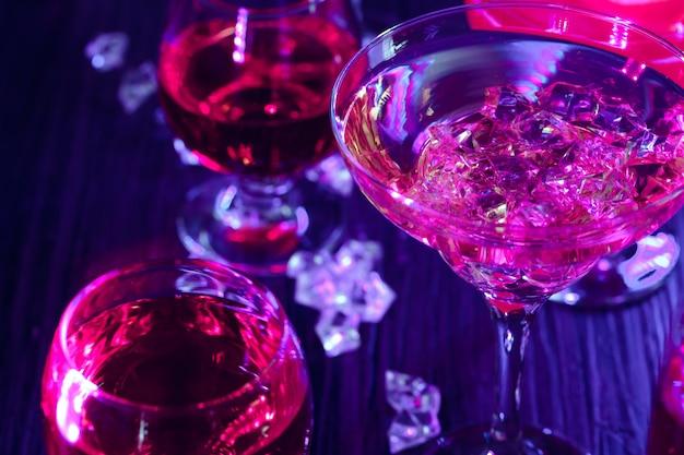 Cocktaildranken met ijs in clublichten