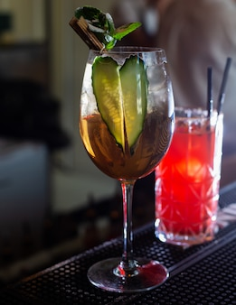 Cocktailglas in een bar,