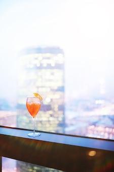 Cocktailglazen op de vensterbank door het glas van een hoog gebouw