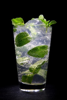 Cocktailmojito met munt en gemalen ijs