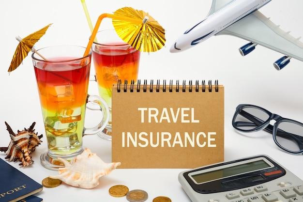 Cocktails, geld en een vliegtuig, de inscriptie op de notebook-reisverzekering.