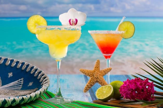 Cocktails margarita en seks op het strand op het blauwe caribisch gebied