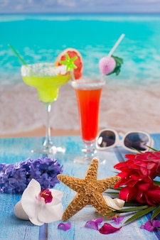 Cocktails margarita geslacht op het strand kleurrijke tropische
