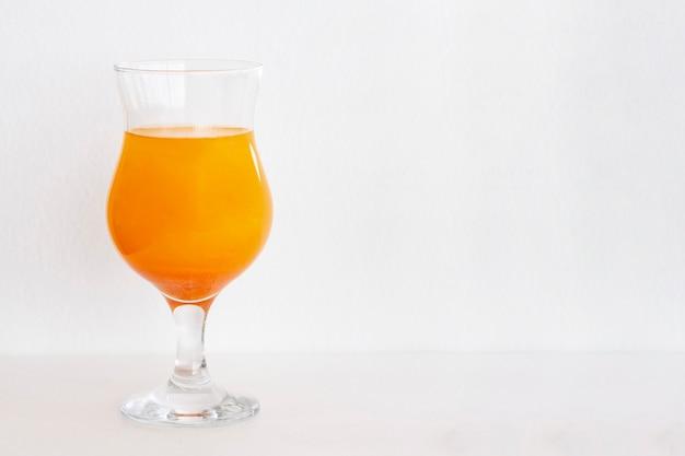 Cocktails oranje met glitters op een witte achtergrond. kopieer ruimte, ruimte voor tekst