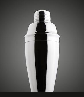 Cocktailshaker. geïsoleerde zwarte achtergrond met kleurovergang