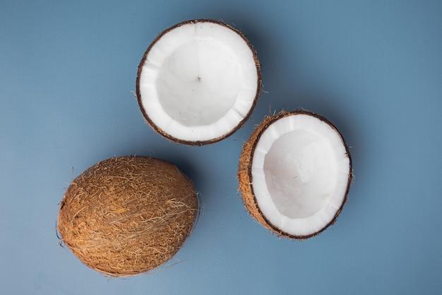 Coco-stukken ingesteld, op een blauwe getextureerde zomerachtergrond