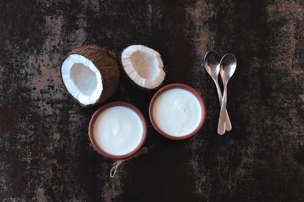Coconut yoghurt probiotica, gefermenteerd voedsel. veganistische yoghurt.
