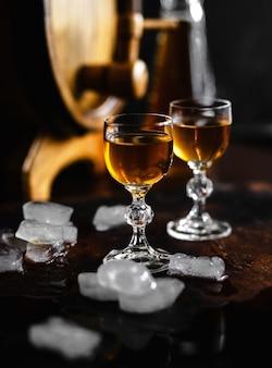 Cognac en glas op een oude houten rustieke tafel