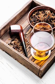 Cognac en pijp met tabak