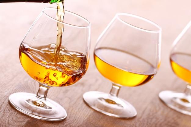 Cognac in het glas gieten