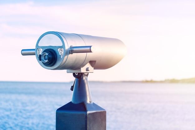Coin operated binoculaire kijker op het strand