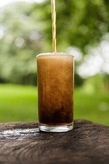 Cola gieten in een glas