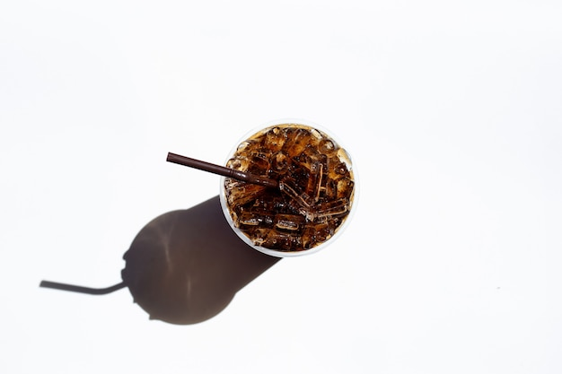 Cola met ijs in afhaalmaaltijden beker geïsoleerd op een witte achtergrond.
