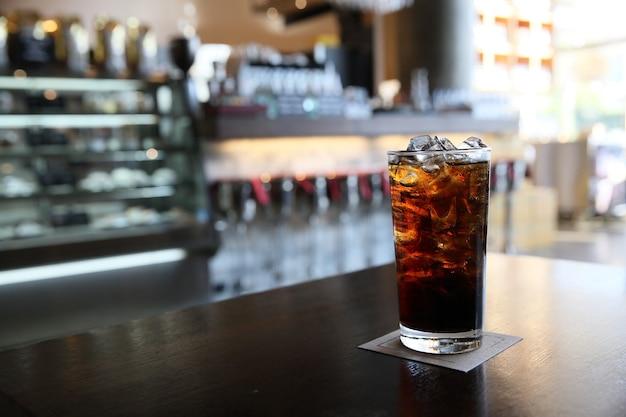 Cola op hout met restaurantachtergrond