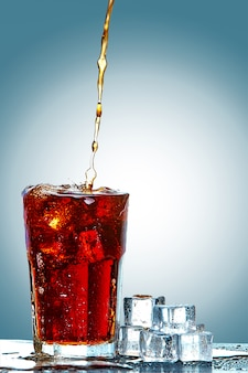 Cola schenkt een glas in