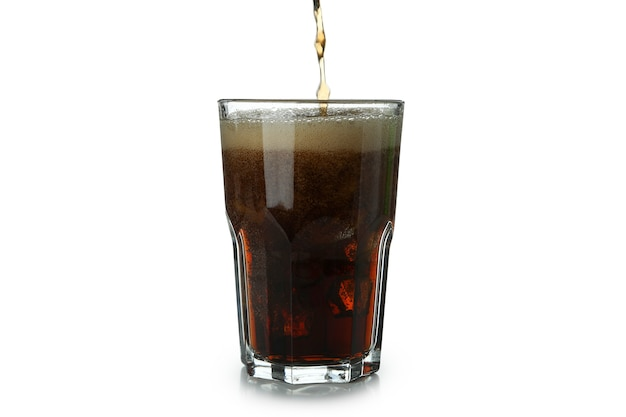 Cola wordt in een glas gegoten, geïsoleerd op een wit oppervlak