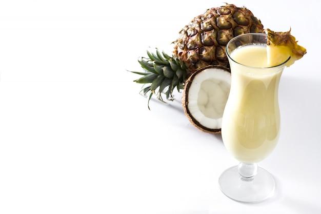 Colada van piña cocktail in glas dat op wit wordt geïsoleerd