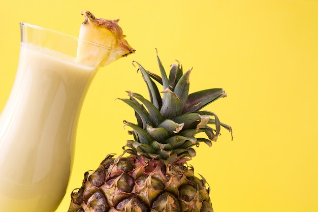 Colada van piña cocktail op geel wordt geïsoleerd dat