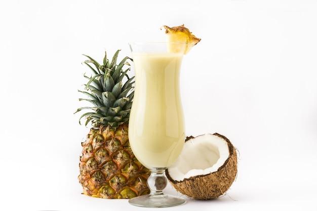 Colada van piña cocktail op wit wordt geïsoleerd dat