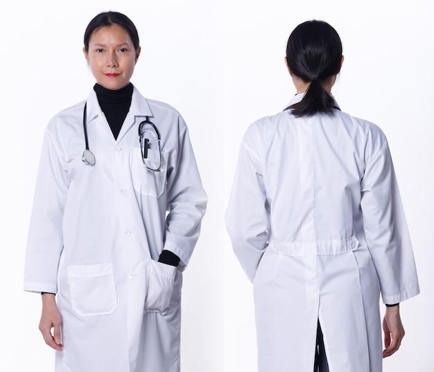 Collage groep half lichaam figuur van 40s 50s aziatische lgbtqia+ doctor woman draag laboratoriumjas, stethoscoop. medische vrouw staat en draait voor achter achteraanzicht over witte achtergrond geïsoleerd