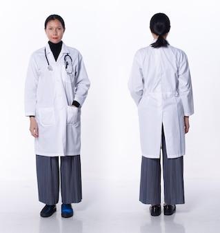 Collage groep volledige lengte figuur van 40s 50s aziatische lgbtqia+ doctor woman draag laboratoriumjas, stethoscoop. medische vrouw staat en draait voor achter achteraanzicht over witte achtergrond geïsoleerd