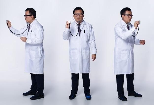 Collage groep volledige lengte van 60s 50s aziatische bejaarde dokter man draagt laboratoriumjas, bril. senior medische man diagnosticeert de toestand van de patiënt met een stethoscoop op een witte achtergrond geïsoleerd
