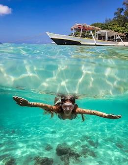 Collage met vrouw duiken naar onderwater en zeilboot op wateroppervlak