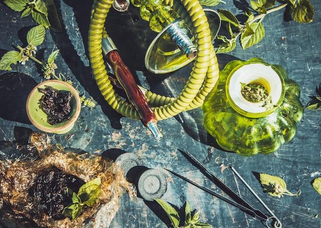 Collage met waterpijptabak verschillende smaak roken.