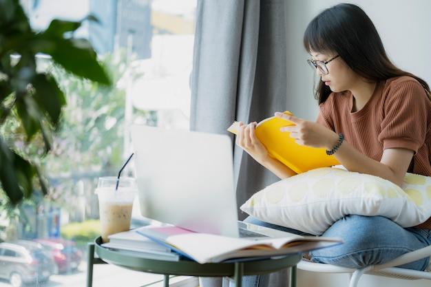 Collage student vrouwelijke lezen en onderzoeken vorm boek.