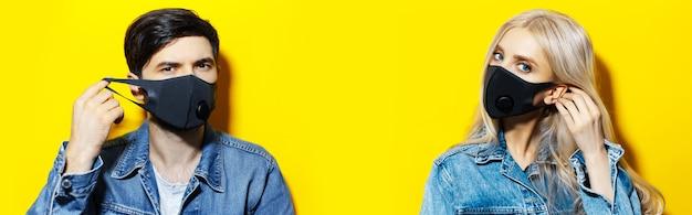 Collage van studioportretten van een paar in een spijkerjasje, dat het ademhalingsgriepmasker op het gezicht opzet tegen het coronavirus. achtergrond van gele kleur met exemplaarruimte.