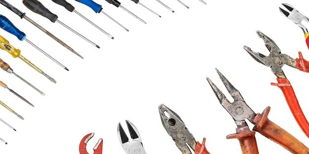 Collage van verschillende uitrustingsstukken instrumenten voor renovatie geïsoleerd op een wit oppervlak met kopie ruimte