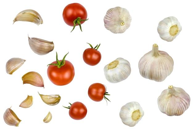 Collage van verse tomaten, koppen en teentjes knoflook geïsoleerd op een witte achtergrond.