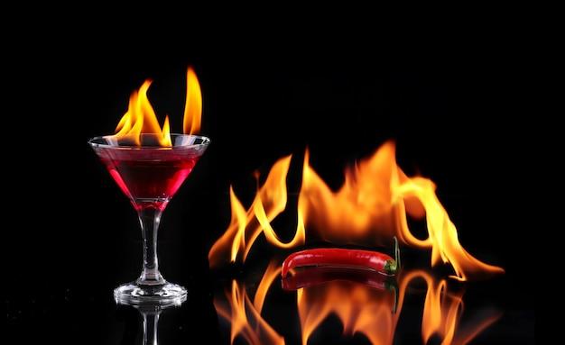 Collage vlammende cocktail op zwart