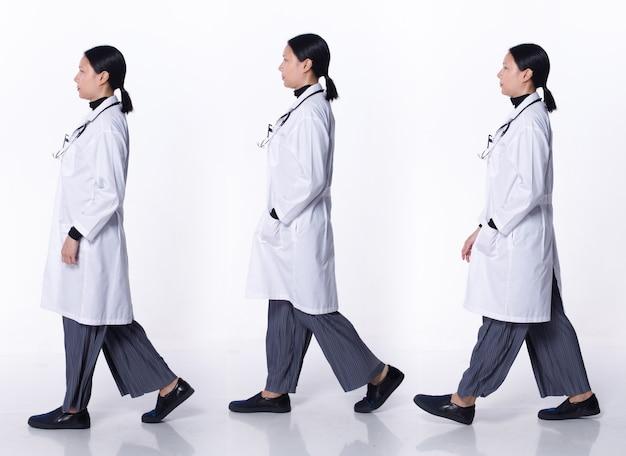 Collage volledige lengte van 40s 50s aziatische lgbtqia+ doctor woman draag laboratoriumjas, stethoscoop, patiëntenkaart. medische vrouw loopt rechtsaf in het ziekenhuis over witte achtergrond geïsoleerd