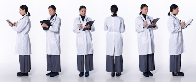 Collage volledige lengte van 40s 50s aziatische lgbtqia+ doctor woman draag laboratoriumjas, stethoscoop, patiëntenkaart. medische vrouw staat en draait 360 rond achterzijde achteraanzicht over witte achtergrond geïsoleerd