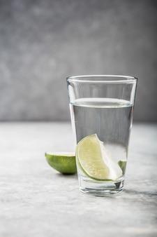 Collageenpoeder en glas water met schijfje limoen; vitamine c .