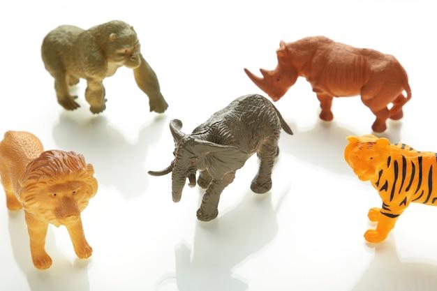 Collectie dieren concept model speelgoed op witte achtergrond.