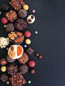 Collectie fijne chocolaatjes in witte, donkere en melkchocolade