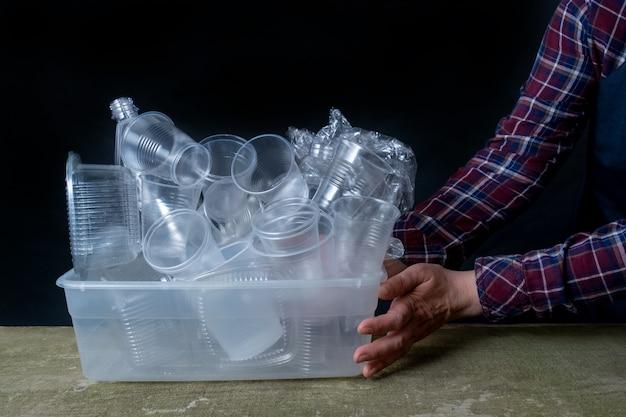 Collectie plastic serviesgoed hand zwarte achtergrond container serviesgoed
