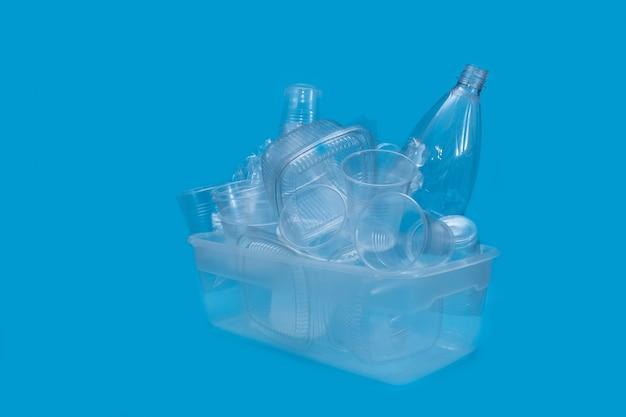 Collectie plastic serviesgoed werktuigen witte achtergrond container servies blauw