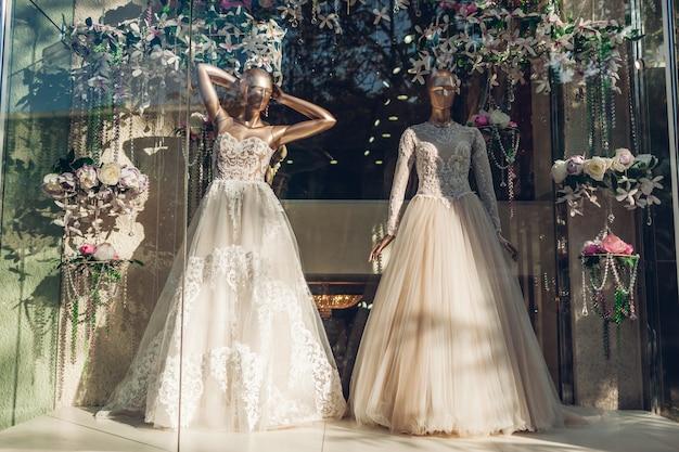 Collectie stijlvolle trouwjurken op showcase van winkel