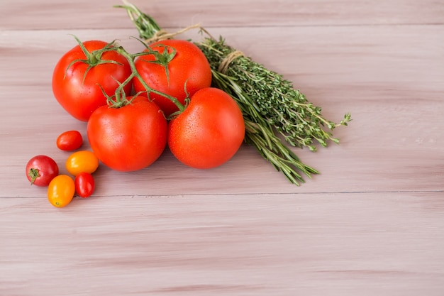 Collectie tomaat op een houten tafel. bovenaanzicht.