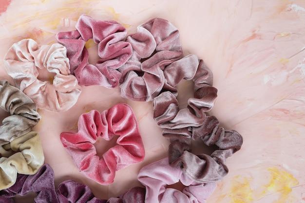 Collectie trendy fluwelen scrunchies