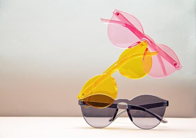 Collectie trendy kleurrijke transparante zonnebrillen