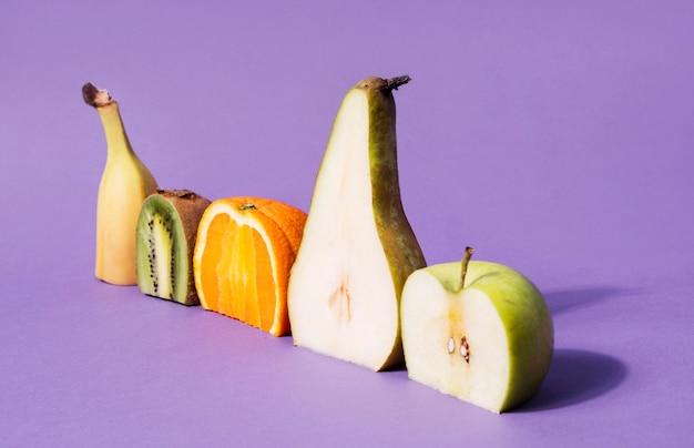 Collectie van biologisch fruit op tafel