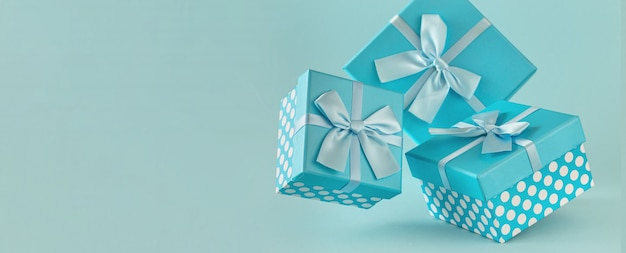 Collectie van blauwe geschenkdozen met linten