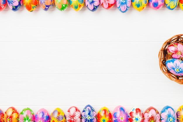 Collectie van gekleurde eieren en mand