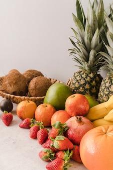 Collectie van heerlijke vruchten op tafel