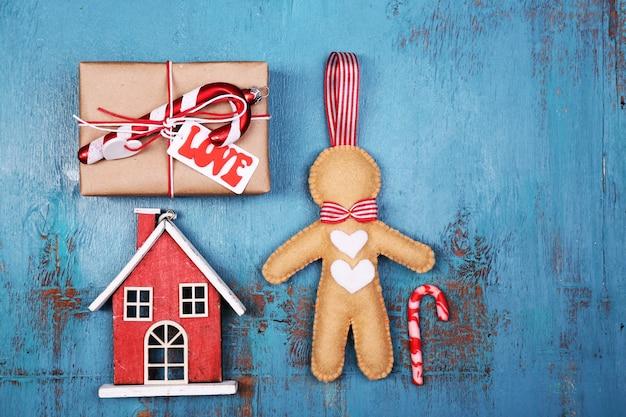 Collectie van kerst objecten op houten tafel kleur